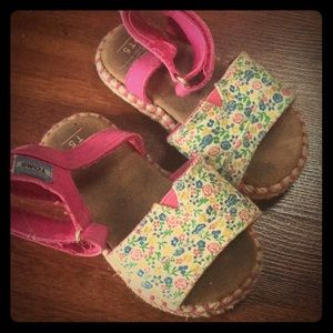 toms size 5 pink flower sandals that are adorable